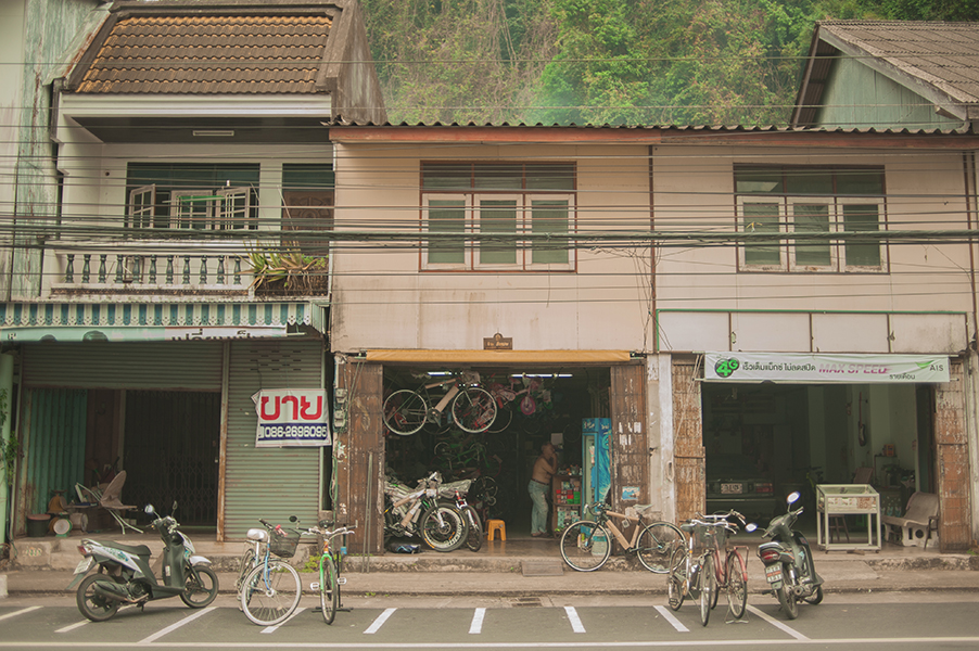 Mniej popularne z tajskich miast to prawdziwy raj dla majsterkowiczów. Na każdej ulicy mijaliśmy otwarte garaże i warsztaty, każdy dom to autorska konstrukcja blach i rur ułożonych w różnych konfiguracjach. Przy tej architektonicznej niefrasobliwości Tajowie są jednak niezwykle sympatyczni –bardzo chętnie pozowali do zdjęć.