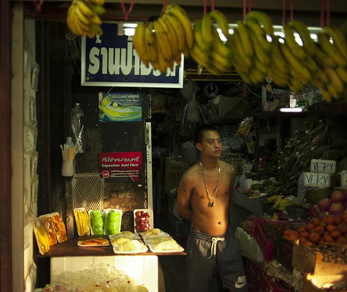 Targi, bazarki to najlepsze miejsce na zapoznanie swoich kubków smakowych z tajską kuchnią. Większość przydeptakowych knajp oferuje tajskie jedzenie, jakiego spodziewają się Europejczycy, w równie europejskich cenach. A to właśnie w budkach, przy stolikach nakrytych ceratą można zjeść najlepszy pad thai, świeżo usmażony przez tajską mamę.