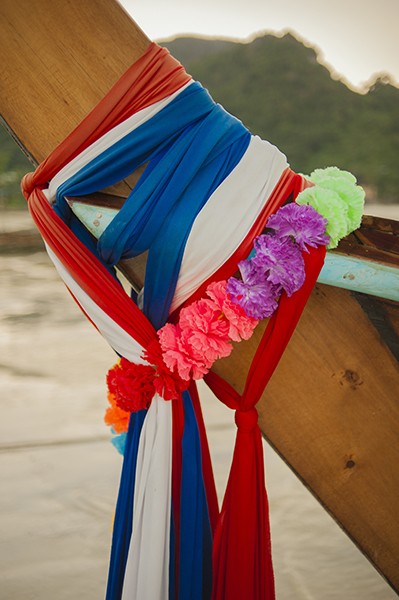 Tajlandia to przede wszystkim kolory. Kolory wody, piasku, ptaków, owoców, ale także przestrzeni tworzonej przez samych Tajów. Bogato ozdabiają swoje łódki, obwiązują drzewa kolorowymi wstęgami, malują domy na różowo.