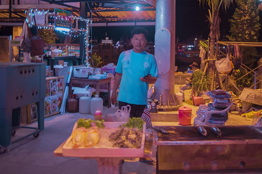 Na bardziej turystycznych bazarkach na turystów poza tajskimi przysmakami czekają wiaderka z kilkoma alkoholami i sokami gotowymi do zmieszania. Nie skusiliśmy się, ale jest to intrygujący koncept.