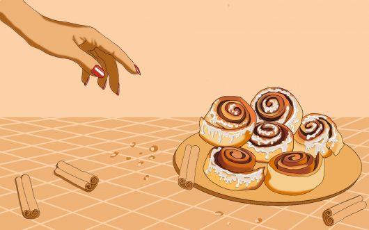 Rysunek przedstawia talerz na stole. Na talerzu znajduje się sześć cynamonowych zawijasów. Z prawej strony znajduje się kobieca dloń sięgająca po zawijasy. Na stole i talerzu rozsypane są okruchy i pałeczki cynamonu.