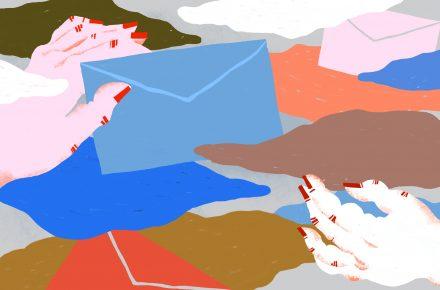 Ilustracja przedstawia dłonie przekazujące sobie listy w kopertach