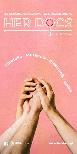 """Plakat festiwalu filmowego HER DOCS 2021 - cztery uniesione ręce, których dłonie splatają się ze sobą na różowym tle oraz napis """"22-28.10.2021 WARSZAWA - 22-31.10.2021 ONLINE HERD DOCS FILM FESTIVAL Kinoteka Muranów Elektronik Online www.herdocs.pl"""