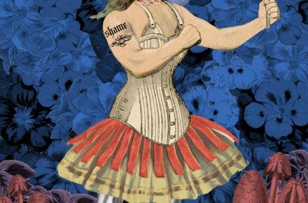 Kolaż przedstawia postać złożoną zarówno z żeńskich jak i męskich atrybutów np. kobieca twarz, umięśnione, męskie ramiona, gorset, spódnica, spodnie i męskie buty. Postać stoi na podłożu z czerwonych grzybów na tle niebieskich kwiatów.